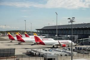 Vista de unos aviones de Iberia en la pista de la terminal T4 del aeropuerto Adolfo Suárez de Madrid Barajas.