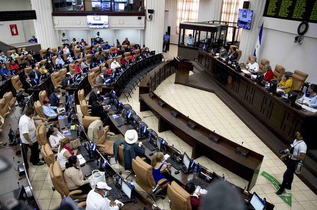 Diputados de la Asamblea nacional (AN) participan en una sesión parlamentaria para elegir a los nuevos magistrados del Consejo Supremo Electoral (CSE) hoy, en Managua, Nicaragua.