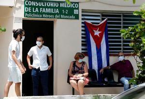 Varias personas esperan fuera de un consultorio médico para vacunarse con la vacuna cubana Abdala contra la covid-19 hoy en La Habana, Cuba.