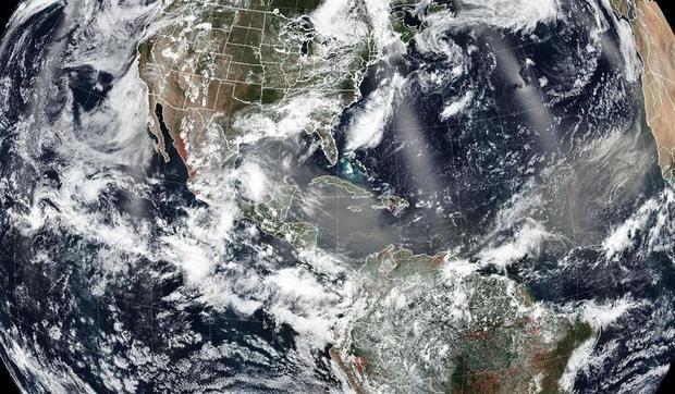 Imagen cedida este viernes por la NASA y la Administración Nacional Oceánica y Atmosférica (NOAA), tomada el 24 de junio por el instrumento del Conjunto de radiómetros de imágenes infrarrojas visibles (VIIRS) a bordo del satélite Suomi de la Asociación Nacional de Órbita Polar (Suomi NPP), donde se muestra el paso del polvo del Sahara sobre el Caribe y Centroamérica.