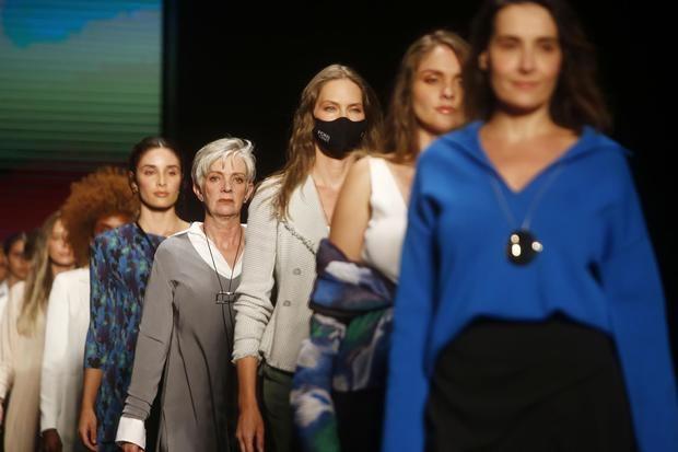 Varias modelos desfilan diseños de la colección 'Sexo' de la firma textil española Adolfo Domínguez durante la pasarela 'El Sisuterno', hoy, en Colombiatex + Colombiamoda 2021, en Medellín, Colombia.
