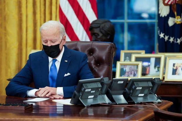 El presidente de los Estados Unidos, Joe Biden, firmar órdenes ejecutivas del sistema migratorio en la Oficina Oval, en Washington, DC, Estados Unidos.