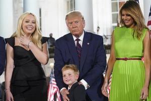 19/01/2021 21:32 (UTC) Crédito: EFE Fuente: EFE/EPA/POLARIS IMAGES POOL Autor: Erin Scott / POOL Temática: Interés humano » Gente En la imagen, Tiffany Trump (i), junto a su padre, Donald J. Trump (c) y Melania Trump (d).