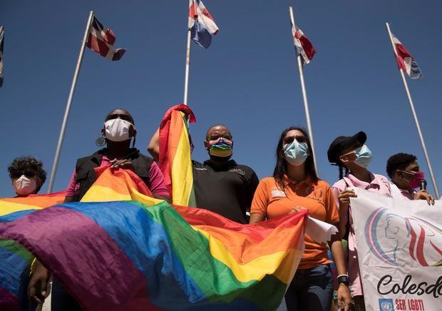 Integrantes de la comunidad LGBTIQ+ de República Dominicana se manifiestan ante el Congreso Nacional, hoy en Santo Domingo, República Dominicana.