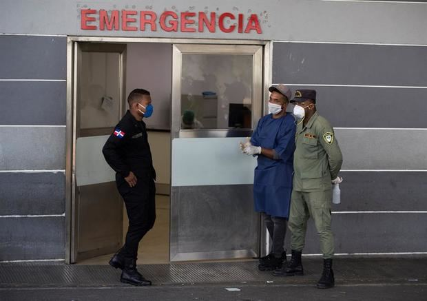 Personal de seguridad controla el acceso al hospital Moscoso Puello donde varias personas fueron ingresadas por consumo de clerén, una bebida alcohólica que se elabora de forma artesanal y sin permisos sanitarios y que ha causado la muerte de al menos 42 personas en los últimos días, en Santo Domingo, República Dominicana.