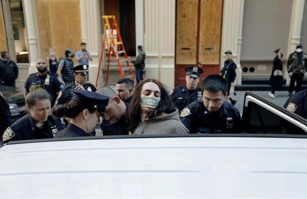 Nueva York debate un toque de queda por las protestas e investiga la violencia