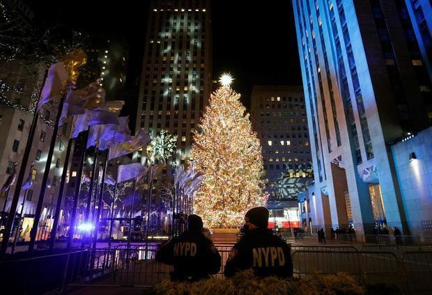 Nueva York inaugura la época navideña con el encendido del Árbol de Rockefeller