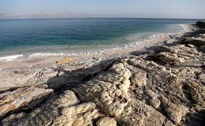 Vista del lago salado más famoso del mundo, el Mar Muerto.
