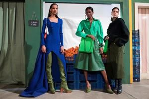 Modelos presentan creaciones para la colección femenina Otoño / Invierno 2019/20, del diseñador francés Jacquemus, durante la Semana de la Moda de París.
