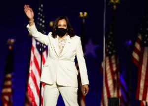 Kamala Harris saludando al publico tras haber ganado como vicepresidente electa de Los Estados Unidos.