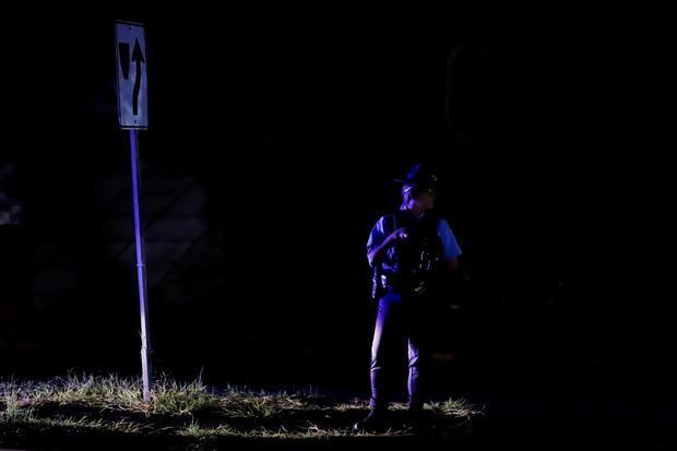 Un policía vigila hoy el tránsito en la oscuridad tras el incendio registrado en la subestación de energía de Monacillos, en San Juan, Puerto Rico.