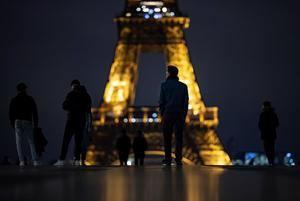 Avenidas desiertas, calles vacías, ocio cerrado. París es una ciudad apagada esta madrugada... pero no del todo y con retraso.