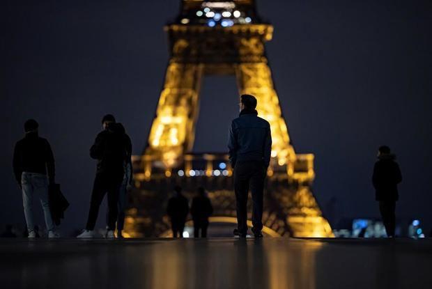 París, apagada bajo el toque de queda... con retraso