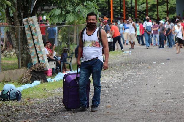 Grupos de nicaragüenses esperan en albergues improvisados este viernes, en la provincia de Chiriquí, Panamá.
