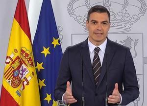 Captura de la señal institucional de la Moncloa, del presidente del Gobierno español, Pedro Sánchez, durante la rueda de prensa que ha ofrecido este sábado desde el Palacio de la Moncloa.