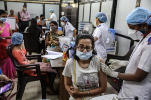 Una joven reacciona al recibir la vacuna contra el coronavirus en el Hospital Shatabdi en Bombay, India.
