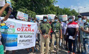Ambientalistas protestan por la instalación de planta flotante en río Ozama.
