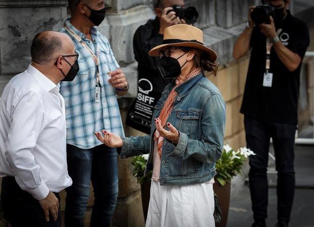 La actriz Gena Gershon saluda al director del Festival Internacional de Cine de San Sebastián, José Luis Rebordinos.