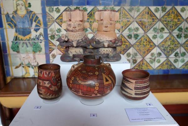 Fotografía de archivo fechada el 14 de mayo de 2019, que muestra una fotografía de cerámicas precolombinas, que forman parte de los bienes culturales repatriados de Argentina y Estados Unidos, durante una ceremonia en el Palacio de Torre Tagle, sede de la Cancillería, en la ciudad de Lima (Perú).