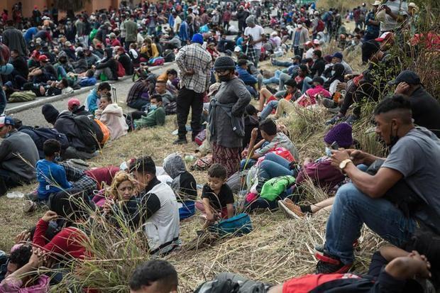 Una caravana de miles de migrantes hondureños refleja la crisis de su país