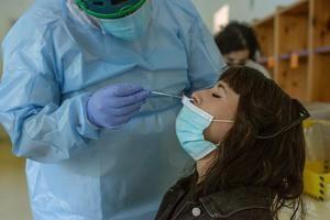 Un sanitario realiza una prueba PCR a una chica durante el cribado celebrado en Ribadavia a la población de 16 a 30 años.