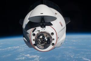 Fotografía fechada el 24 de abril de 2021 cedida por la NASA donde se muestra la cápsula tripulada Endeavour de SpaceX mientras se acercaba a la Estación Espacial Internacional (EEI), menos de un día después de su lanzamiento desde el Centro Espacial Kennedy en Florida, EE.UU.