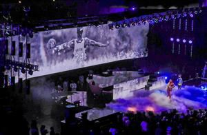 El rappaer estadounidense Common se presenta, antes del comienzo del juego All Star de la NBA, entre Team Lebron y Team Giannis, en el United Center de Chicago (Illinois, EE. UU.).
