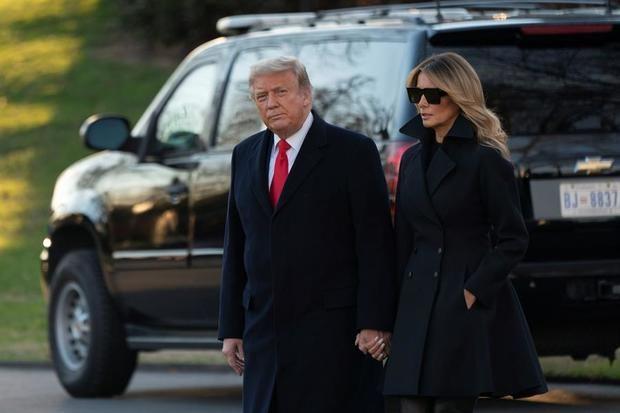 El presidente de Estados Unidos, Donald J. Trump, y la primera dama, Melania Trump, salen de la Casa Blanca, en Washington, DC, EE.UU., este 23 de diciembre de 2020, y se dirigen a Mar-a-Lago en Palm Beach, Florida.