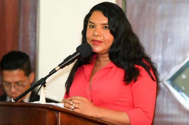 Diane Rodríguez, CEO de la Cámara LGBTQ+ de Comercio Ecuador, habla durante un evento en Quito, Ecuador.