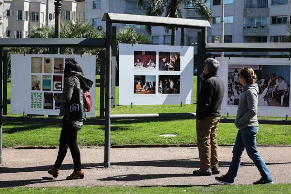 Personas visitan la muestra fotográfica en homenaje al escritor uruguayo Mario Benedetti hoy, en Montevideo (Uruguay).