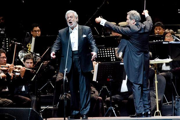 Tenor Plácido Domingo une a miles de personas en concierto benéfico en México