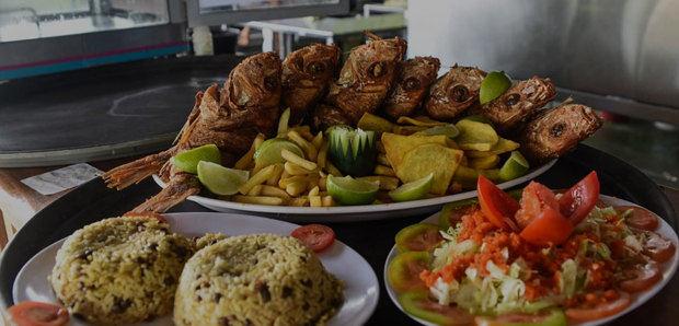 El Anzuelo ofrece una variedad de platos con pescados