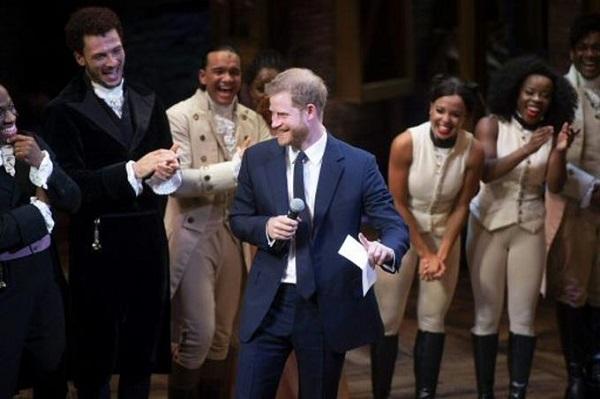 El príncipe Enrique se arranca cantando en el papel de su antecesor Jorge III