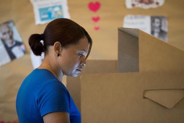 Una ciudadana vota este domingo horas antes de que se anunciara la suspensión de las elecciones municipales, dados problemas técnicos, en Santo Domingo (República Dominicana).