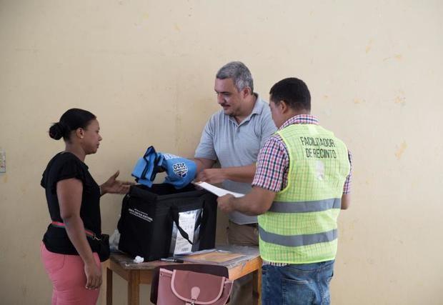 Este domingo la República Dominicana celebra las primeras elecciones primarias de su historia, pero las evidencias de que es la víspera de una cita con las urnas son escasas. En las calles de la capital este es un sábado como cualquier otro. Dios dirá lo que pase mañana.