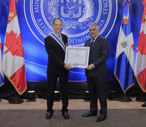 Gobierno condecora al saliente embajador de Canadá