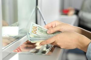 Fundación Dominicanos Residentes en el Extranjero exige a agencias remesadoras cumplir ley de transferencia.