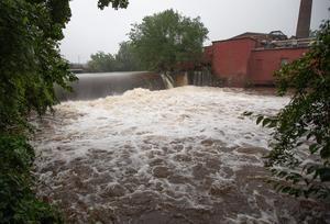 Vista de la crecida del río Hockanum por la tormenta Henri en East Hartford, Connecticut, EE.UU.