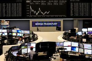 Agentes trabajan en la Bolsa de Fráncfort, Alemania.