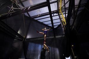 Integrantes del grupo teatral chileno Circa participan en un ensayo hoy, en Santiago, Chile.