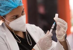 Una voluntaria prepara una dosis de la vacuna Sinovac contra la covid-19, en Santo Domingo, República Dominicana.