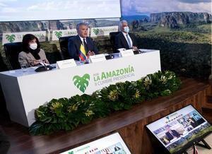 Fotografía cedida hoy por la Presidencia de Colombia que muestra al mandatario Iván Duque (c) acompañado por la ministra de Relaciones Exteriores, Claudia Blum (i), y el ministro de Medio Ambiente, Ricardo Lozano (d), mientras participan en la II Cumbre Presidencial por la Amazonía, en Bogotá (Colombia).