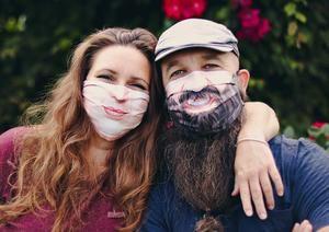 Dos creativos belgas, Annick De Geyter (i) y Filip Bunkens, han visto en la uniformidad y el anonimato que imponen las mascarillas la oportunidad de lanzar la campaña #beyourself (se tú mismo).