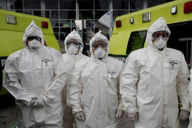 Bomberos municipales de Guatemala muestran los trajes especiales con los que atenderán a las personas con síntomas de estar contagiados con el coronavirus, este lunes en Ciudad de Guatemala, Guatemala.