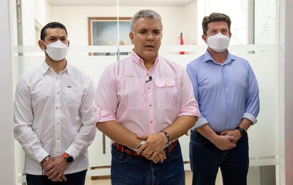 Fotografía cedida por la presidencia de Colombia del mandatario Iván Duque (c) junto al ministro del Interior Daniel Palacios (i) y el ministro de Defensa Diego Molano este viernes en Cúcuta