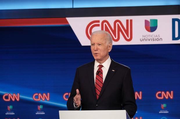 El candidato presidencial demócrata y ex vicepresidente Joe Biden habla mientras debate al senador de Vermont Bernie Sanders durante el undécimo debate presidencial demócrata en CNN Studios en Washington, DC.