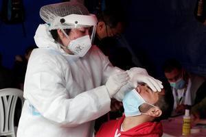 Un hombre se somete hoy a una prueba de covid-19, en Bogotá, Colombia.