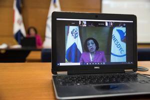 Francia Sención, presidenta del Consejo de la Carrera Diplomática del Instituto de Educación Superior Especializado en Formación Diplomática y Consular (Inesdyc), ofrece una clase virtual el 10 de agosto de 2020, en Santo Domingo.