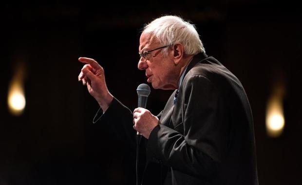 El senador estadounidense Bernie Sanders, un candidato presidencial demócrata de 2020, habla a los partidarios durante un mitin de campaña en el Teatro Stifel en Saint Louis, Missouri, EE. UU., 09 de marzo de 2020.