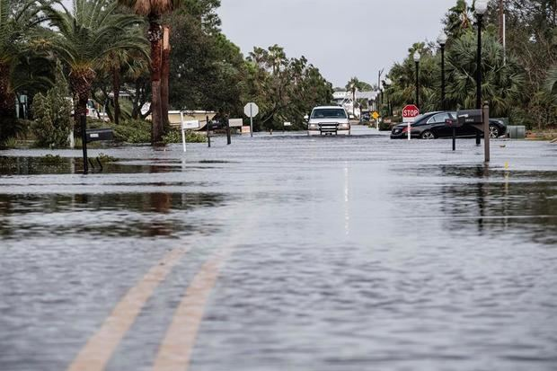 El huracán Teddy se refuerza y Sally, degradada a depresión, descarga lluvias